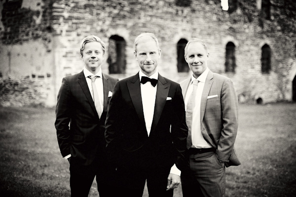 group photo of groom and friends - wedding photo by top Swedish wedding photographers Dayfotografi