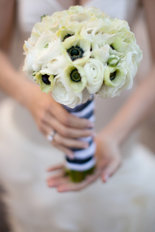 Modern ivory bridal bouquet with black and white striped ribbon | Photo by Image Singuli�re