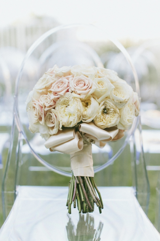 white and light pink rose bridal bouquet, photo by Wai Reyes Photography