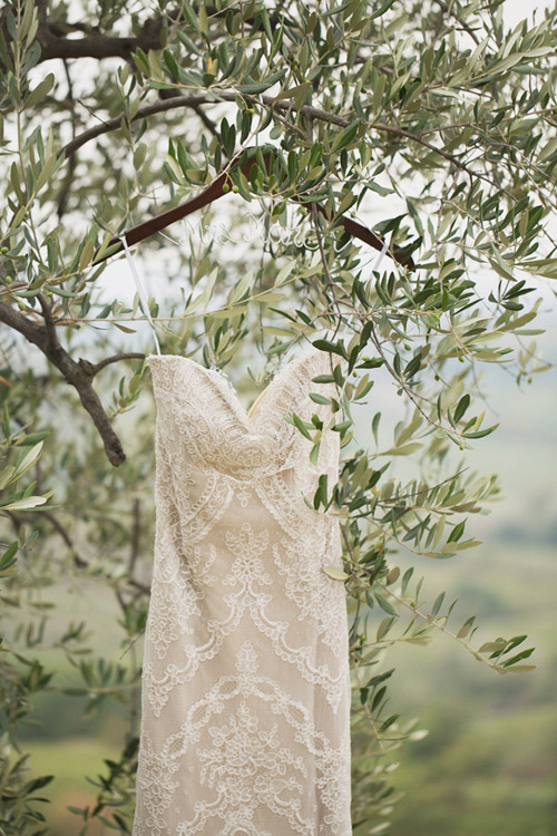 destination wedding in Tuscany, Italy - photo by Whitewall Photography | junebugweddings.com