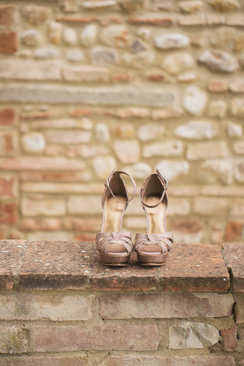 pink wedding shoes at a destination wedding in Italy - photo by Whitewall Photography | junebugweddings.com