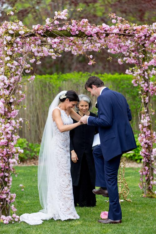 garden wedding at Inn at Windmill Lane, Amagansett, New York, with photos by Jonathan Young Weddings | via junebugweddings.com