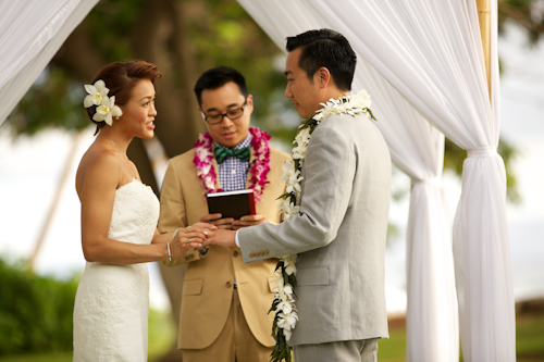 Tropical destination wedding at Olowalu Plantation House in Olowalu, Hawaii - photos by Anna Kim Photography | junebugweddings.com