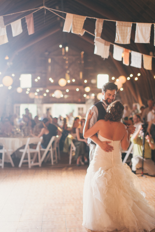 vintage inspired wedding at Blue Dress Barn in Michigan, with photos by Heather Jowett Photography | junebugweddings.com