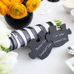 Modern and fun puzzle piece seating cards | Photo by Image Singuli�re