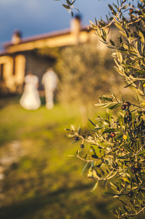 picturesque elopement in Tuscany with photography by Roberto Panciatici | via junebugweddings.com (17)