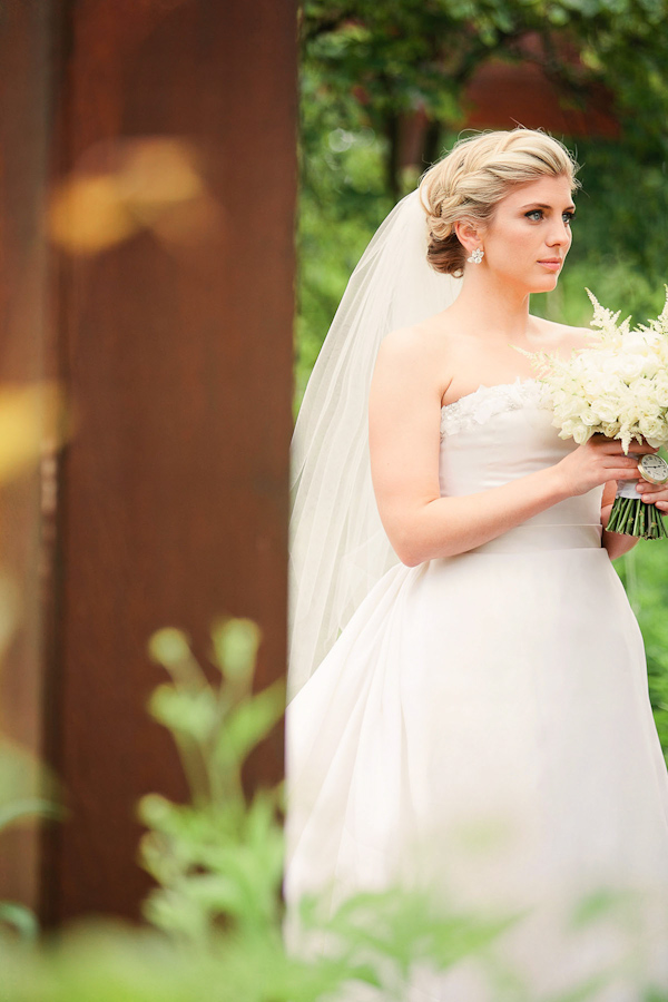 classic Oscar De La Renta bridal style with photos by Katherine Salvatori Photography | via junebugweddings.com