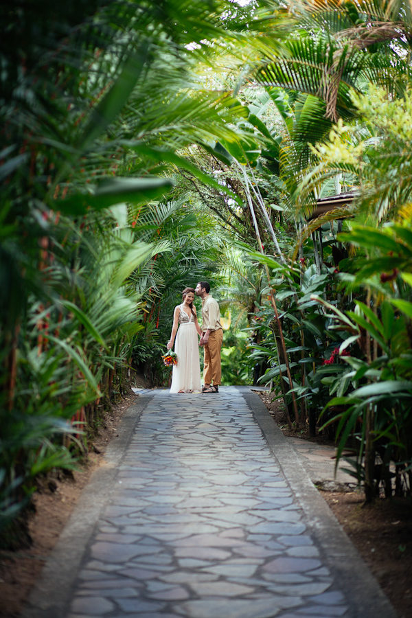 tropical elopement in Costa Rica, photo by Costa Vida Photography | via junebugweddings.com