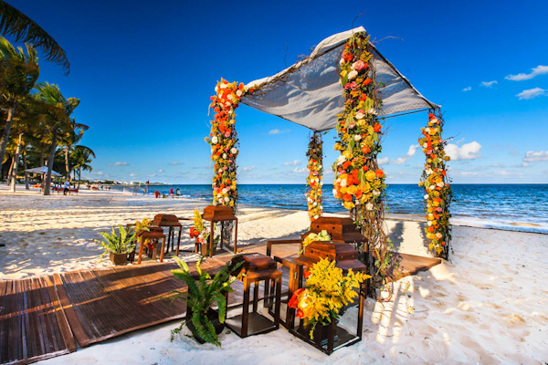 floral altar on the beach, photo by Zasil Studio | via junebugweddings.com