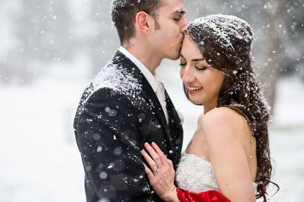 snowy-kiss-wedding-photo-by-Daniel-Moyer