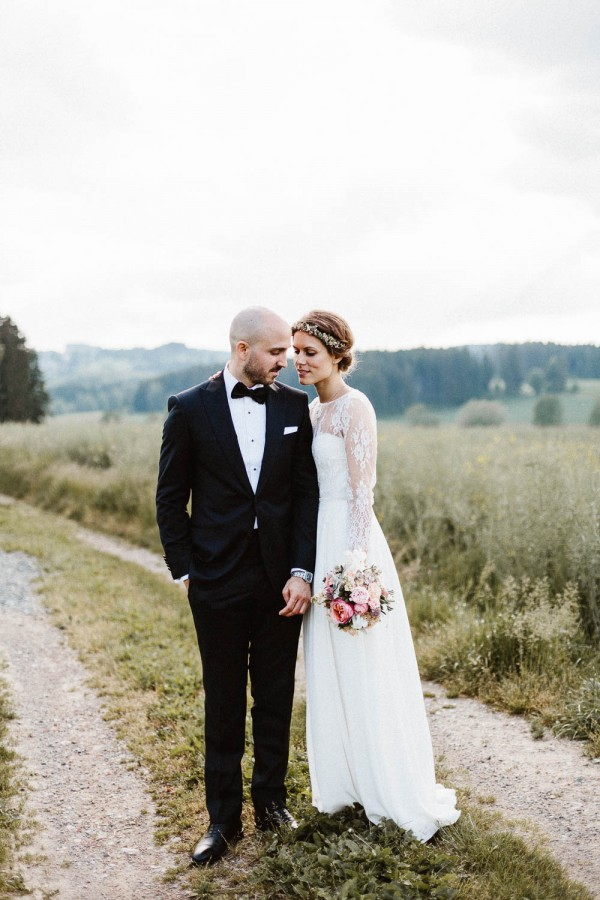 relaxed and natural barn wedding in germany junebug weddings. Black Bedroom Furniture Sets. Home Design Ideas