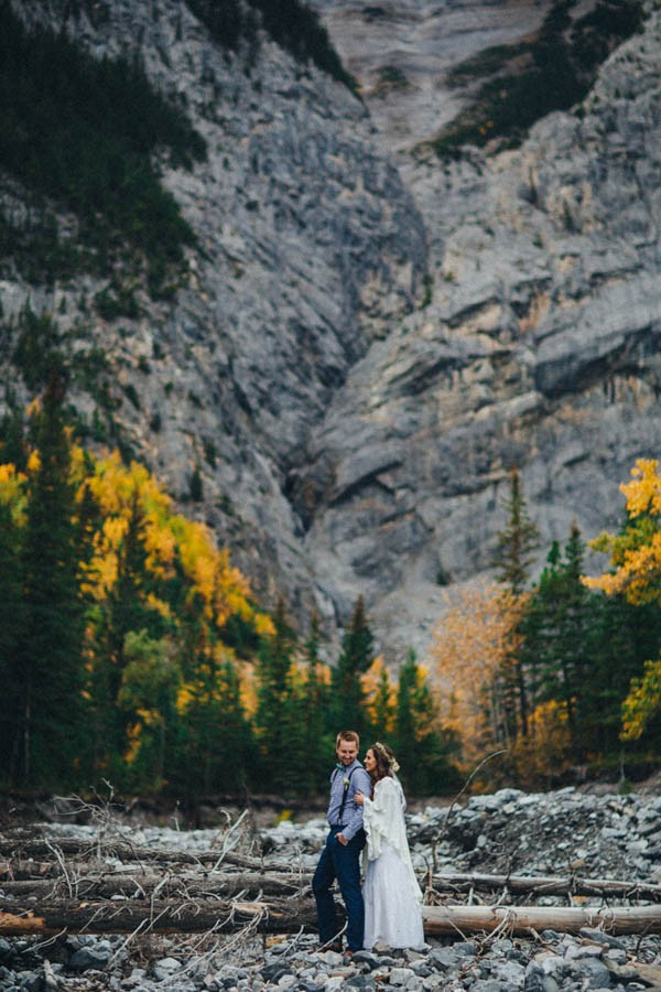 Stunning-Banff-Elopement-in-the-Tunnel-Mountain-Reservoir-Tricia-Victoria-Photography-14
