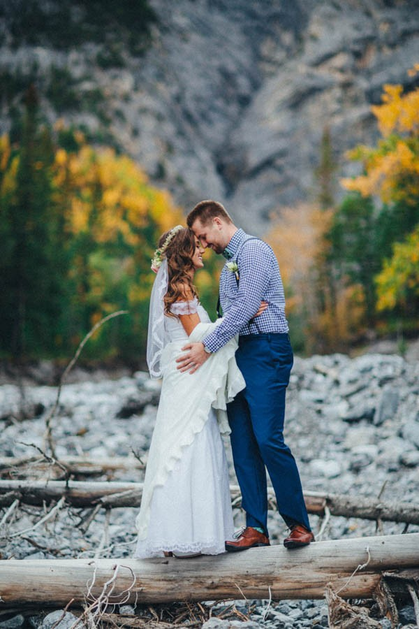 Stunning-Banff-Elopement-in-the-Tunnel-Mountain-Reservoir-Tricia-Victoria-Photography-16
