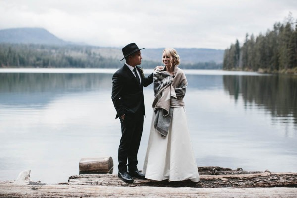 Black-and-White-Log-Cabin-Wedding-Pure-Cozy-Chic-9