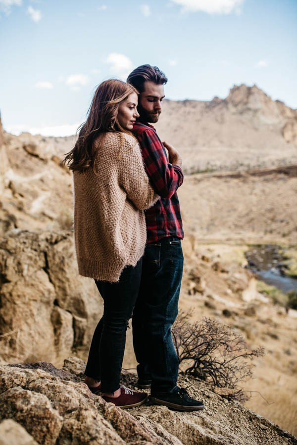 Cozy-Cliffside-Couple-Portraits-at-Smith-Rock-Erin-Wheat-6-600x900