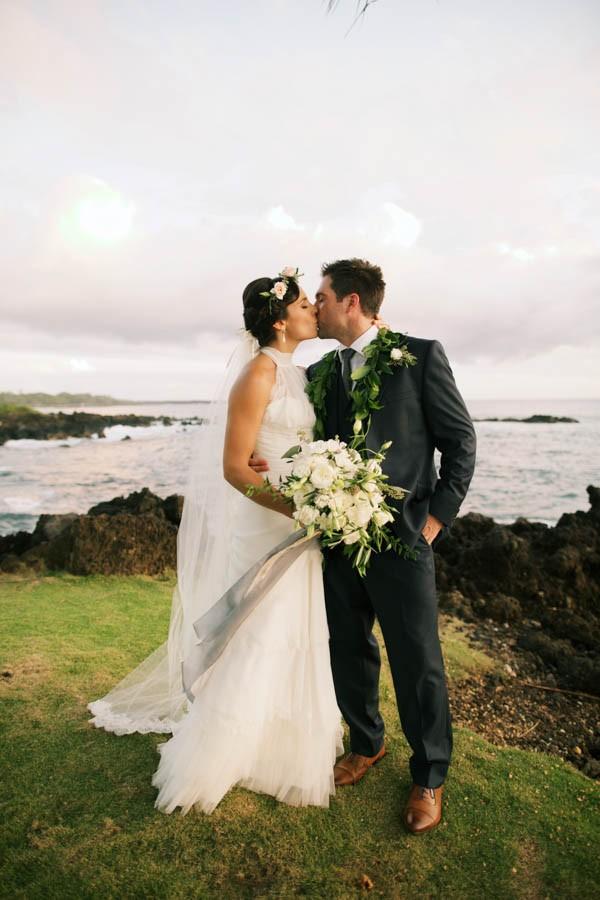 Stylish hawaiian wedding at white orchid beach house junebug stylish hawaiian wedding at white orchid beach house junebug weddings junglespirit Images