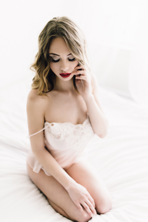 https://junebugweddings.com/wedding-blog/wp-content/uploads/2016/06/these-modern-pinup-boudoir-photos-will-take-your-breath-away-7.jpg