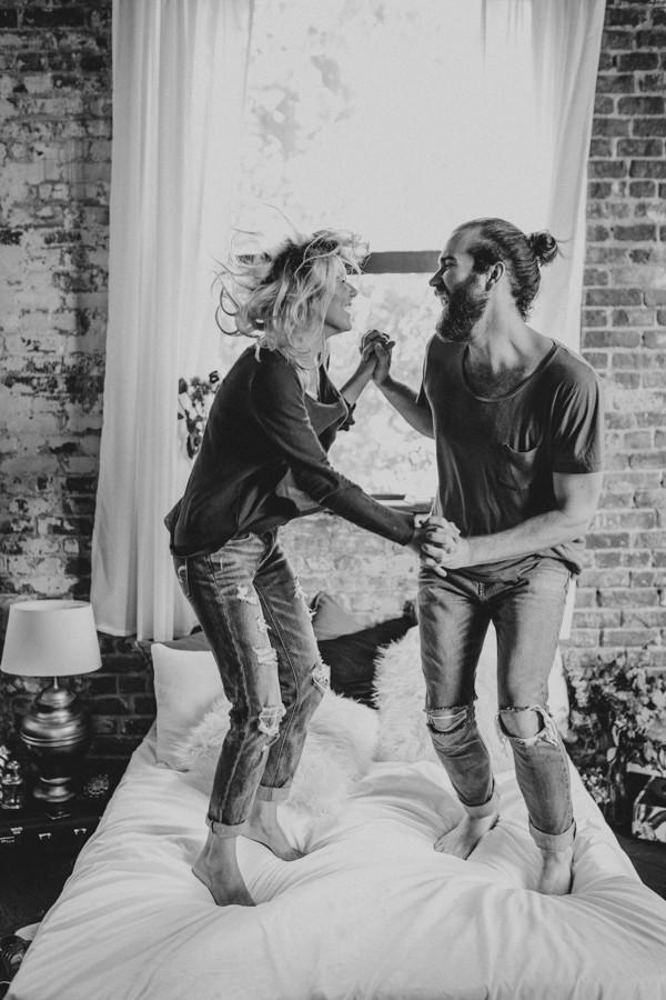 this-couples-pillow-fight-photo-shoot-is-fun-flirty-and-full-of-feathers-22