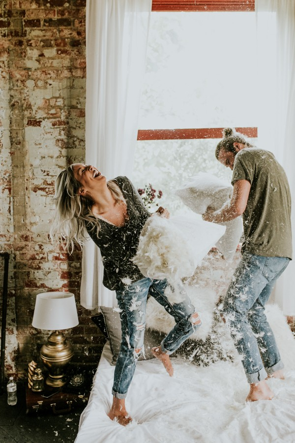 this-couples-pillow-fight-photo-shoot-is-fun-flirty-and-full-of-feathers-27