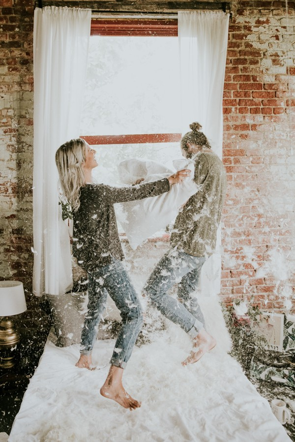 this-couples-pillow-fight-photo-shoot-is-fun-flirty-and-full-of-feathers-29