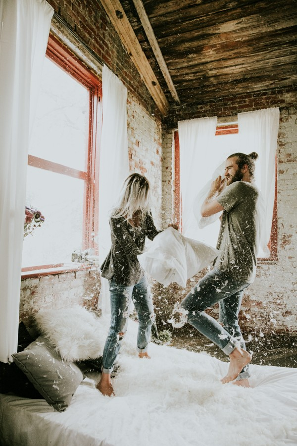 this-couples-pillow-fight-photo-shoot-is-fun-flirty-and-full-of-feathers-31