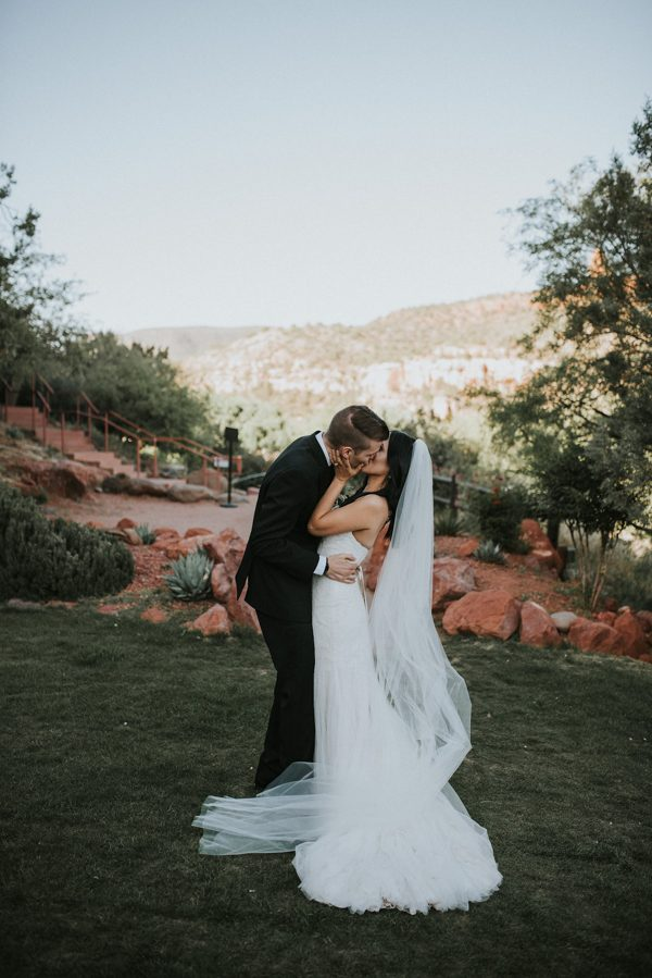44-guests-celebrated-in-an-organic-candlelit-wedding-at-lauberge-de-sedona-21