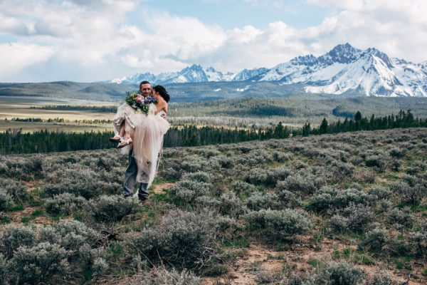 brunch-lovers-this-picnic-elopement-in-the-sawtooth-mountains-is-for-you-10