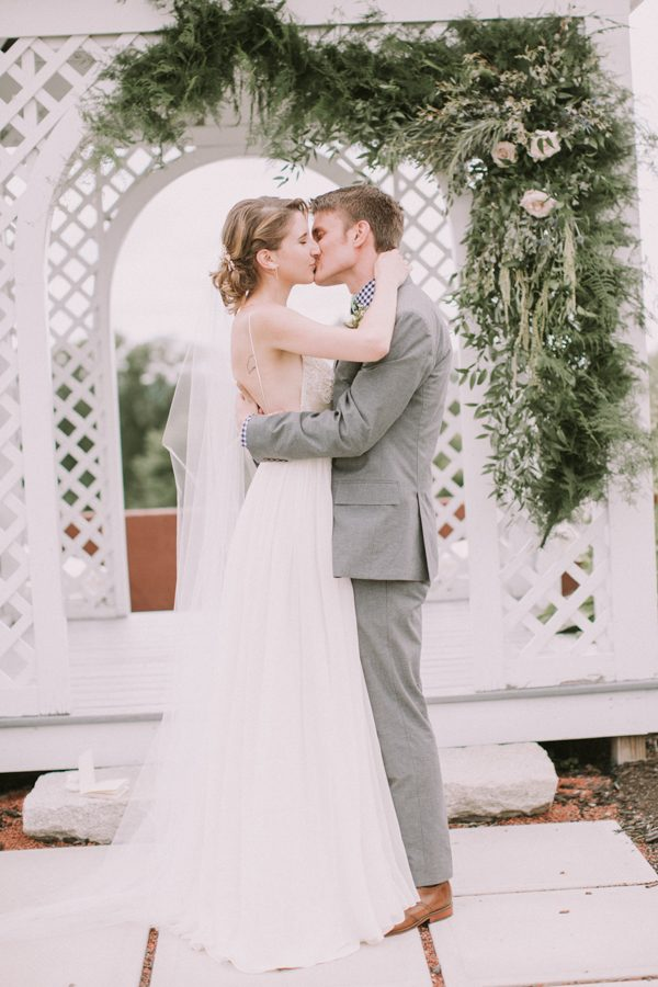 this-maine-barn-wedding-serves-up-muted-colors-and-a-bit-of-edge-24