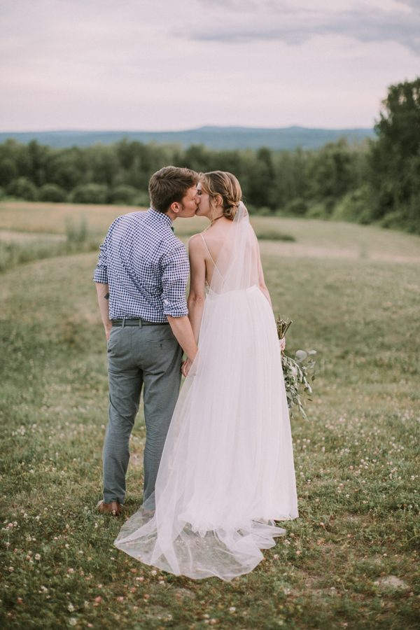 this-maine-barn-wedding-serves-up-muted-colors-and-a-bit-of-edge-31