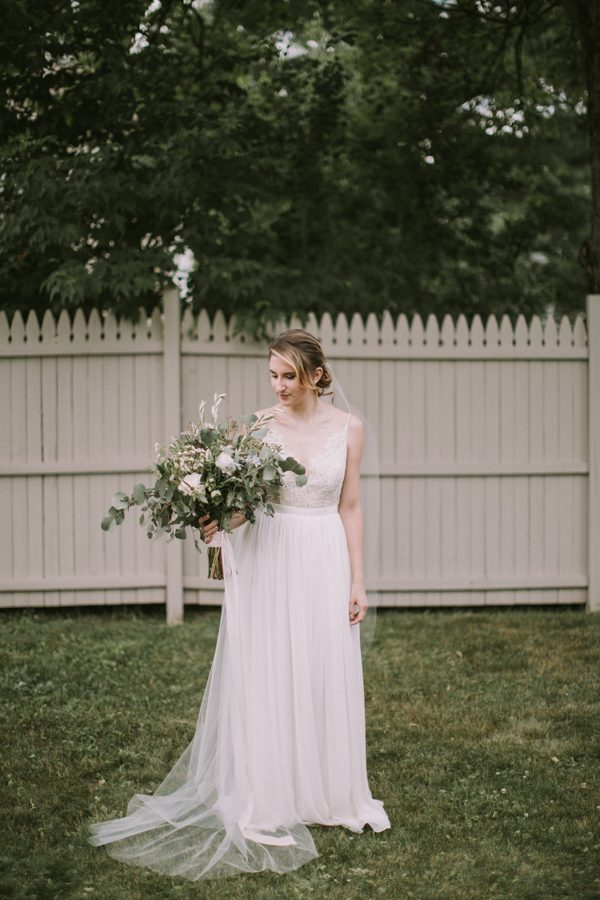 this-maine-barn-wedding-serves-up-muted-colors-and-a-bit-of-edge-7