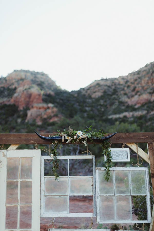vintage-inspired-sedona-elopement-at-yavapai-point-overlooking-bell-rock-andy-roberts-photography-11