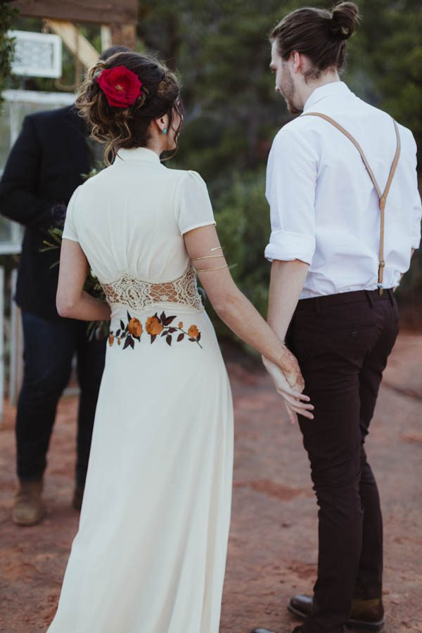 vintage-inspired-sedona-elopement-at-yavapai-point-overlooking-bell-rock-andy-roberts-photography-16