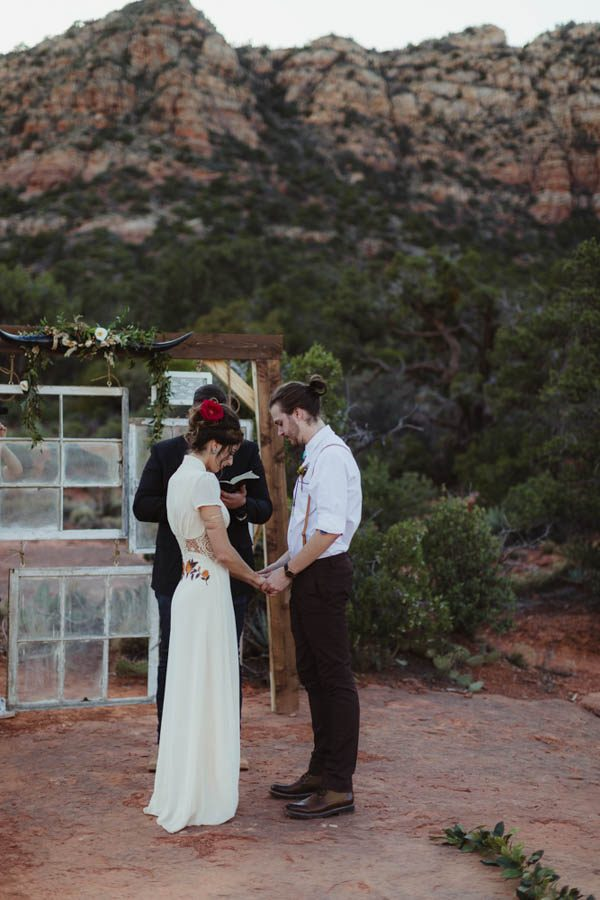 vintage-inspired-sedona-elopement-at-yavapai-point-overlooking-bell-rock-andy-roberts-photography-18