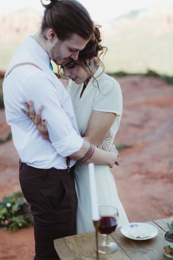 vintage-inspired-sedona-elopement-at-yavapai-point-overlooking-bell-rock-andy-roberts-photography-21