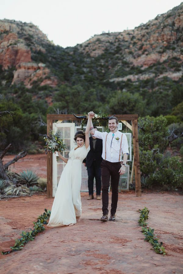 vintage-inspired-sedona-elopement-at-yavapai-point-overlooking-bell-rock-andy-roberts-photography-24