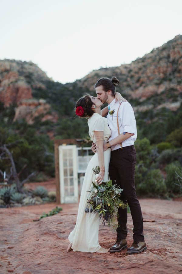 vintage-inspired-sedona-elopement-at-yavapai-point-overlooking-bell-rock-andy-roberts-photography-26