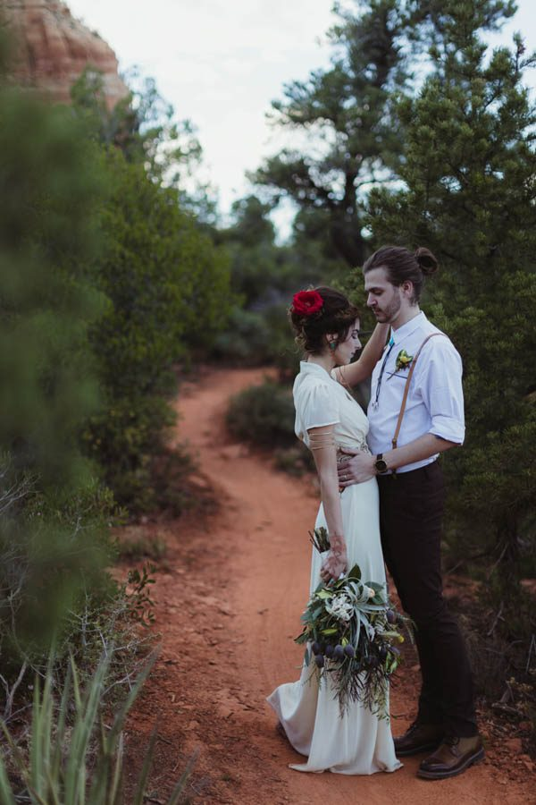 vintage-inspired-sedona-elopement-at-yavapai-point-overlooking-bell-rock-andy-roberts-photography-31