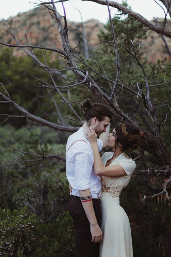 vintage-inspired-sedona-elopement-at-yavapai-point-overlooking-bell-rock-andy-roberts-photography-35