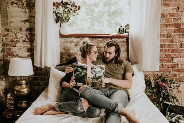this-couples-pillow-fight-photo-shoot-is-fun-flirty-and-full-of-feathers-11-600x400