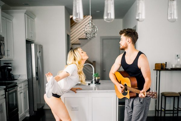 this-nashville-musician-and-his-sweetheart-got-comfy-for-a-photo-shoot-at-home-12-600x400