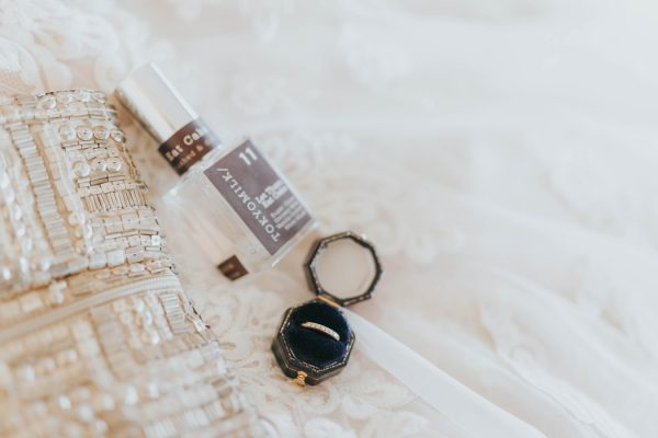 enchanting-british-columbia-wedding-with-a-touch-of-retro-vibes-3