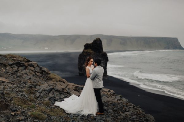 thrilling-pre-wedding-photos-in-the-south-coast-of-iceland-10
