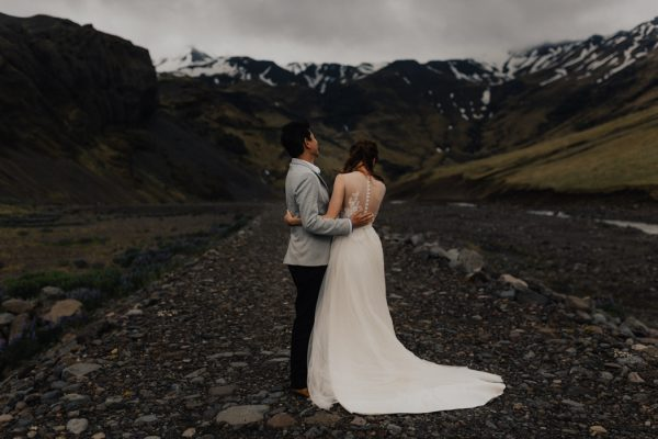 thrilling-pre-wedding-photos-in-the-south-coast-of-iceland-14