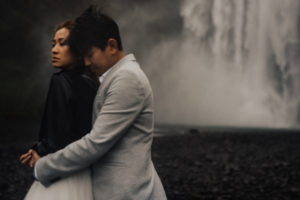 thrilling-pre-wedding-photos-in-the-south-coast-of-iceland-19