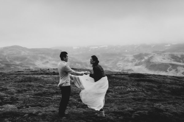 thrilling-pre-wedding-photos-in-the-south-coast-of-iceland-20