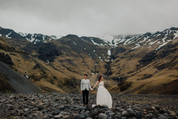 thrilling-pre-wedding-photos-in-the-south-coast-of-iceland-8