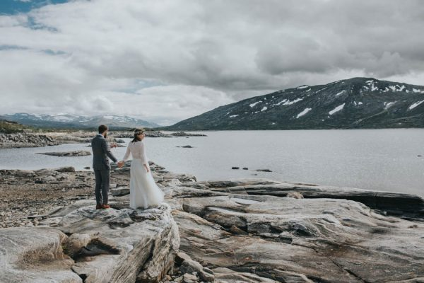 this-norweigian-post-wedding-shoot-at-aursjovegen-road-will-take-your-breath-away-joanna-jaskolska-fotografia-10