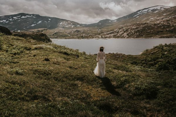 this-norweigian-post-wedding-shoot-at-aursjovegen-road-will-take-your-breath-away-joanna-jaskolska-fotografia-39