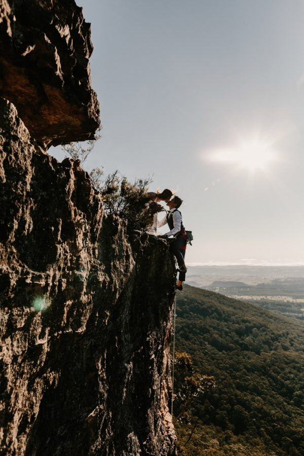 adventurous-engagement-photos-in-australias-blue-mountains-1-2