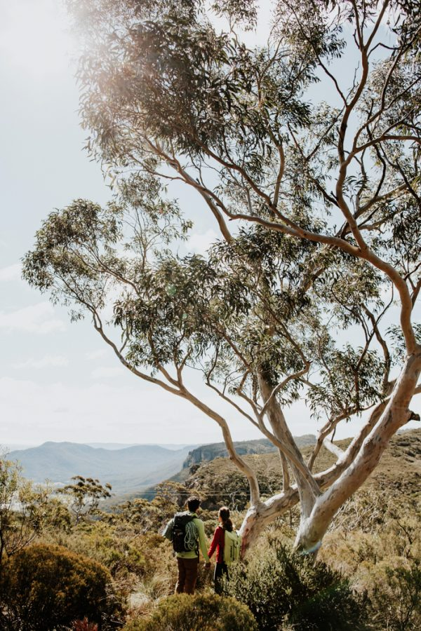 adventurous-engagement-photos-in-australias-blue-mountains-2